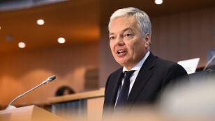 """""""Jesteśmy wciąż zaniepokojeni"""". Komisarz europejski o praworządności w Polsce"""