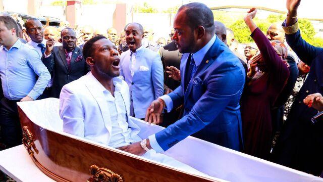 Wskrzeszenie w XXI wieku? Pastor doczekał się pozwów i parodiujących go naśladowców