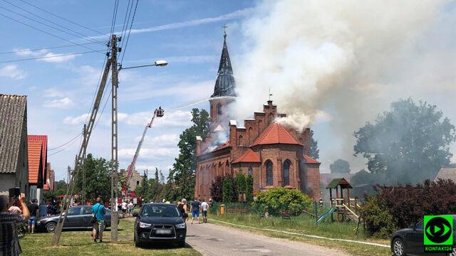 Mnóstwo dymu, płomienie w wieży. Pali się kościół