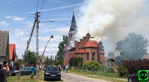 Dużo dymu, płomienie w wieży. Strażacy dogaszają pożar kościoła