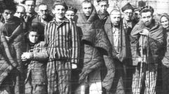 Więźniowie wyzwoleni przez żołnierzy radzieckich w obozie macierzystym.