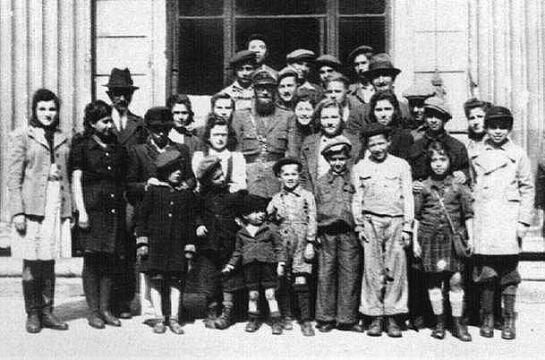 Dzieci ze szkoły żydowskiej przed synagogą Pod Białym Bocianem, lata powojenne