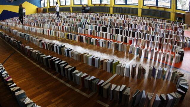 5 tysięcy książek przewróciło się jak domino. Padł rekord Guinnessa