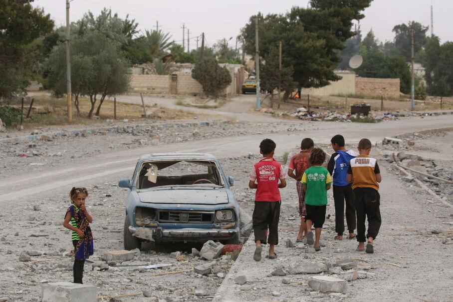18 maja 2017, Al-Tabqa, Syria. 12-letni Hasan (w czerwonej koszulce) już dwukrotnie wraz z rodziną zmieniał miejsce zamieszkania uciekając przed działaniami wojennymi