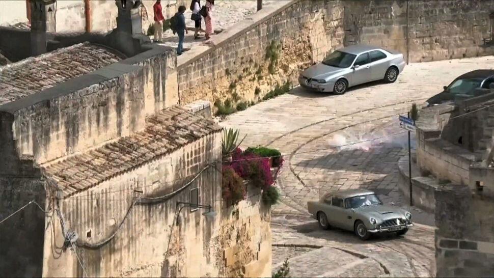 """Bond ucieka słynnym autem, za nim helikopter. Plan """"No Time to Die"""" we Włoszech"""