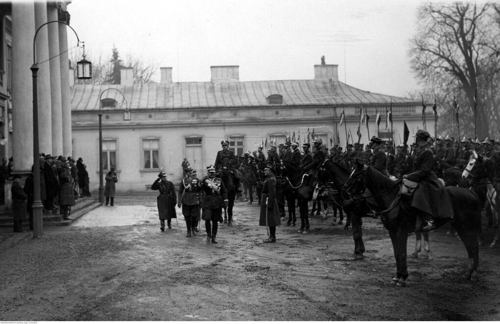 Delegacje 1. Pułku Szwoleżerów, 3., 5., 7., i 11. Pułku Ułanów oraz 1. Dywizjonu Artylerii Konnej na dziedzińcu Belwederu przybyłe w celu złożenia życzeń imieninowych Józefowi Piłsudskiemu. Widoczny między innymi gen. Daniel Konarzewski (przechodzi przed frontem delegacji, z przodu)