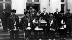 Delegacja Hucułów (w strojach ludowych) z okolic Kosowa, przybyła do Belwederu złożyć życzenia imieninowe Józefowi Piłsudskiemu. Jeden z delegatów trzyma prezent dla Marszałka szkatułkę w stylu huculskim