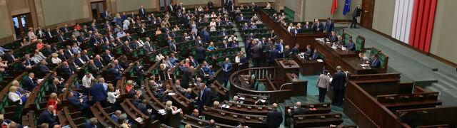 """Zdecydowany lider i jeszcze trzy partie w Sejmie. Najnowszy sondaż dla """"Faktów"""" TVN i TVN24"""