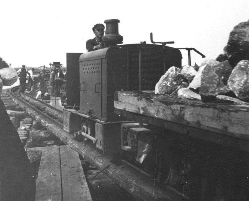 Kolejka budowlana. Tory kolejki wąskotorowej używanej do budowy portu w Hallerowie.