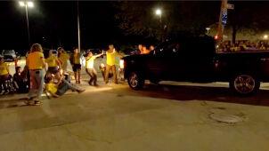 Funkcjonariusz więzienny wjechał samochodem w ludzi protestujących na ulicy