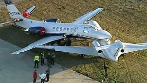 Odrzutowiec lądował awaryjnie po wycieku paliwa. Uderzył w drugi, stojący przy pasie