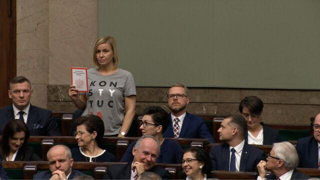 """Magdalena Filiks złożyła ślubowanie w koszulce z napisem """"Konstytucja"""" i ustawą zasadniczą w dłoni"""