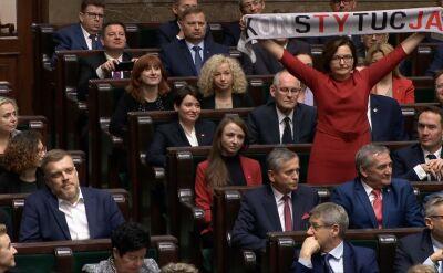 """Anita Sowińska pokazała szalik z napisem """"Konstytucja"""" podczas ślubowania w Sejmie"""