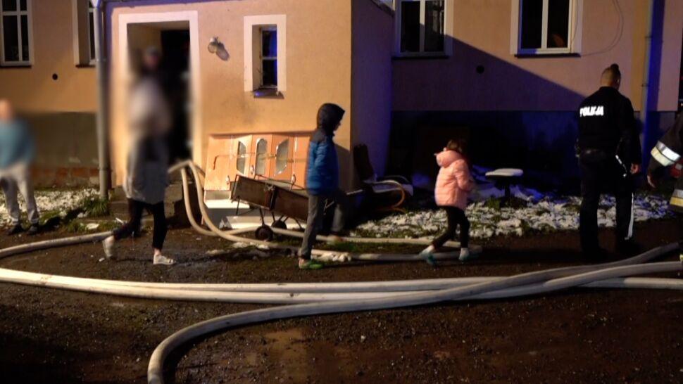 Pożar w kamienicy. Matka z dwojgiem dzieci trafiła do szpitala