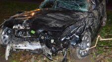 Skosił słup energetyczny, drzewa i skasował auto