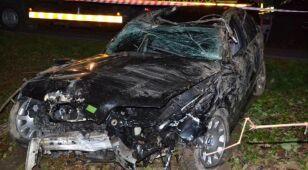 Skosił słup energetyczny, drzewa i skasował samochód. Z wypadku wyszedł bez szwanku