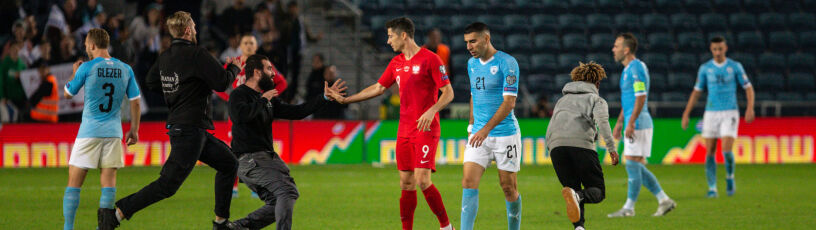 Intruz na boisku w Izraelu. Polski piłkarz staranowany