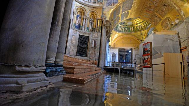 """""""Szkody są olbrzymie"""". Woda wdarła się do krypty Bazyliki Świętego Marka"""