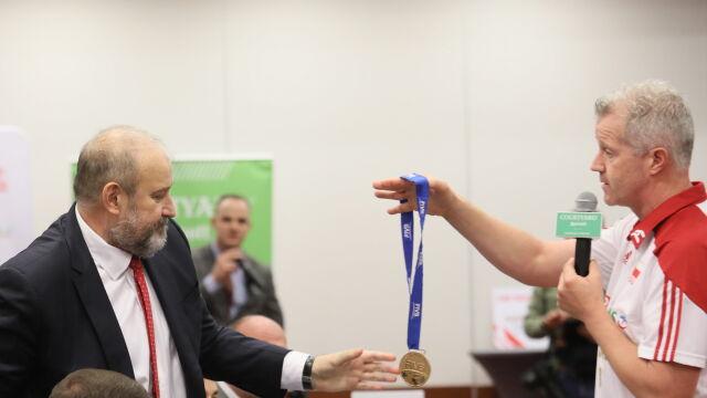 """""""Obiecałem medal. Oto on"""". Trener zaskoczył, oddał złoto prezesowi"""