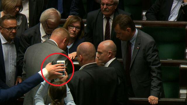 Telefon wyrywany z ręki posłanki.  Opozycja: doszło do fizycznej napaści