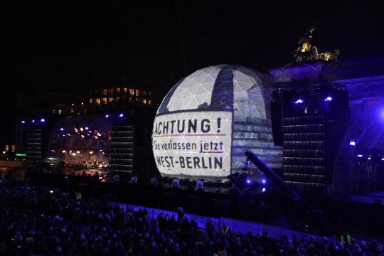 Świetlna instalacja na rocznicę obalenia muru