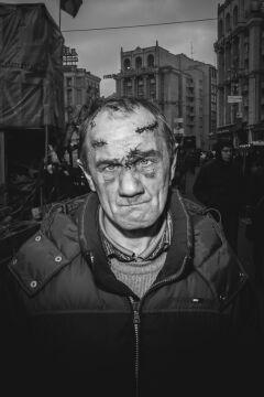 """Zdjęcie pojedyncze - II miejsce w kategorii PORTRET SESYJNY, Maksymilian Rigamonti, """"Wprost"""" Kijów. Po tragicznych wydarzeniach z tzw. czarnego czwartku 20 lutego 2014 roku, gdy siły rządowe i snajperzy strzelali do demonstrantów, zabijając ok. 70 osób"""