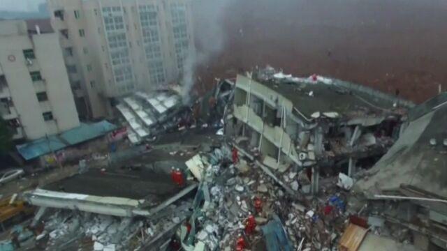 Lawina błota i odpadów zalała fabryki i domy. Dziesiątki zabitych