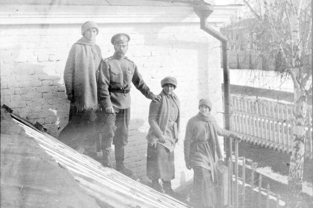 Mikolaj II Z Corkami W Areszcie Domowym Tobolsku 1917 Rok Zrodlo Wikipedia