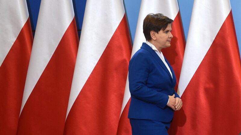Szydło tłumaczy, dlaczego zniknęły flagi UE