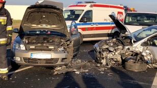 """Zderzenie trzech aut na krajowej """"dwunastce"""".  Droga jest zablokowana"""