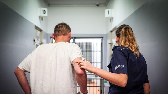 """Zabarykadowali się w mieszkaniu, grozili, że """"w ruch pójdą noże"""". Ujęto podejrzewanych o pobicie"""