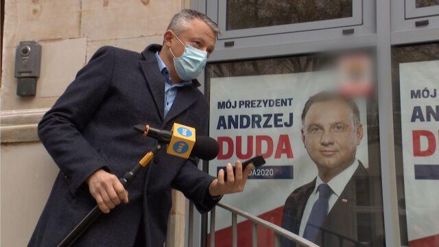 Maciej Knapik próbujący dodzwonić się do posła Prawa i Sprawiedliwości Mariusza Kamińskiego