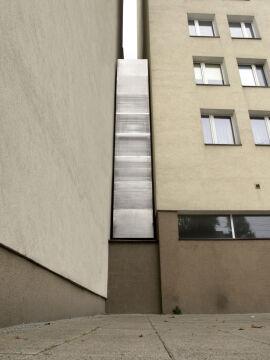 Dom Kereta to plomba o szerokości od 152 cm do 92 cm