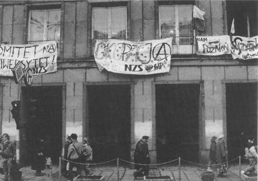 Transparenty na budynku