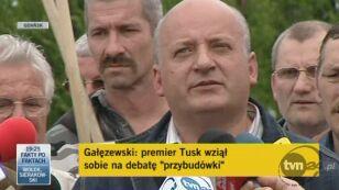 Karol Guzikiewicz drze kartkę