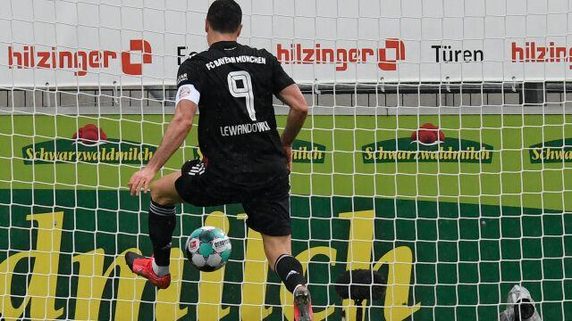 """Rekord """"Lewego"""" w czarnej koszulce? Bayern zaprezentuje się w nowych strojach"""