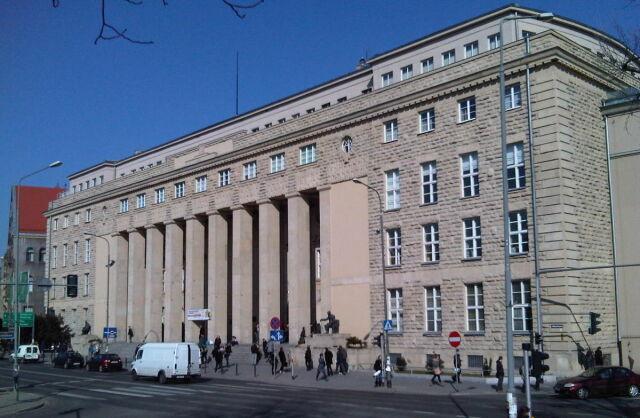 Oszukała uniwersytet na milion złotych?  Dyrektor biura rektora na ławie oskarżonych
