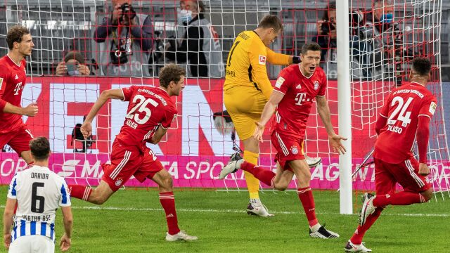 """""""Ten gość jest szalony"""", """"Lewan4GOALSski!"""". Koledzy z Bayernu zachwyceni czteropakiem Polaka"""