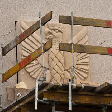 Polskie orły na fasadzie Muzeum Emigracji w Gdyni