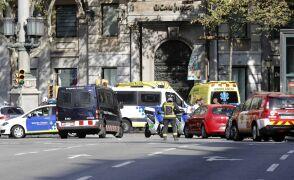 Biała furgonetka, która wjechała w tłum w Barcelonie