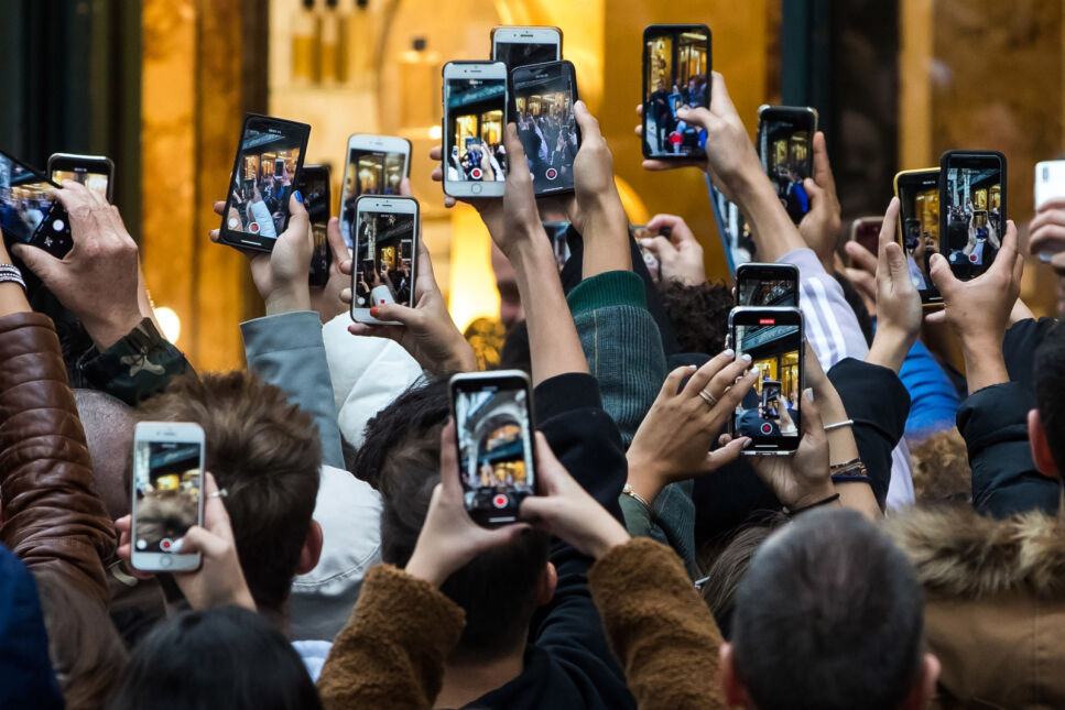 Ludzie fotografują Angelinę Jolie wychodzącą z paryskiej perfumerii