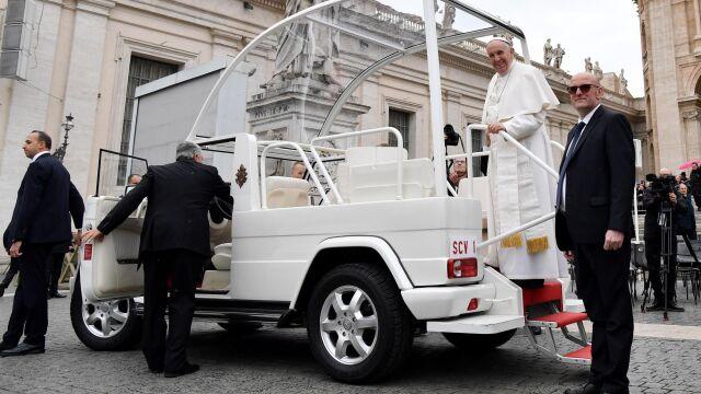 """Niemal zawsze u jego boku. """"Anioł stróż papieża"""" odchodzi po skandalu"""