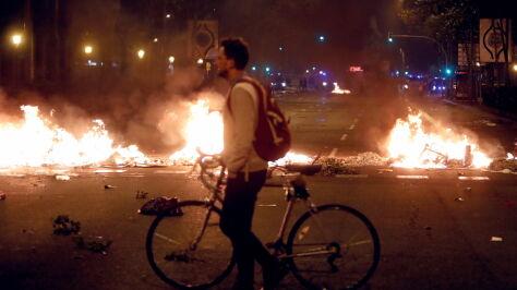 Ogień na ulicach  i starcia z policją