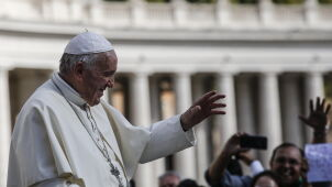 Papież mówi o potrzebie przejrzystości. Tygodnik pisze o malwersacjach w Watykanie