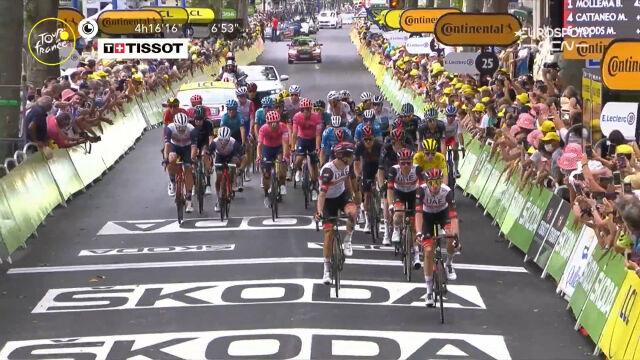 Peleton na mecie 14. etapu Tour de France