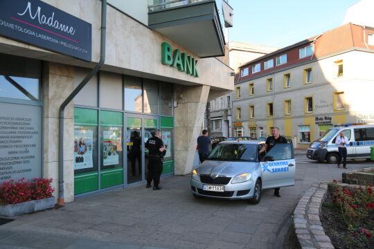 Właściciele kantorów i sklepów jubilerskich zawiadamiali ochronę i policję