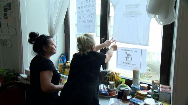 Postulaty niepełnosprawnych wywieszone na sejmowych oknach. Po angielsku