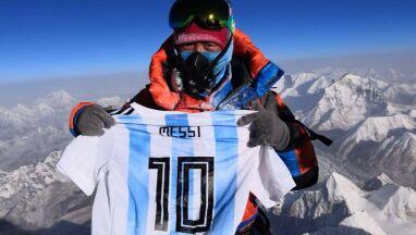 Koszulka Messiego na Mount Evereście.