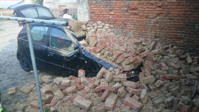 Ściana opuszczonej kamienicy runęła na auto