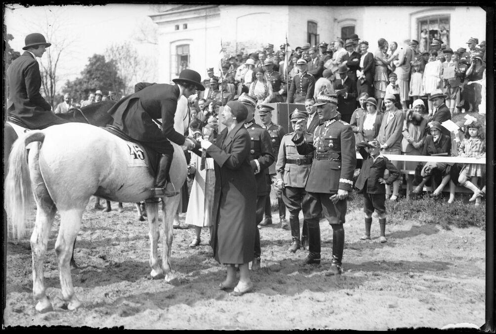 Wręczanie nagród przez panią marszałkową Aleksandrę Piłsudską w czasie zaowdów konnych. 14 maja 1931 roku